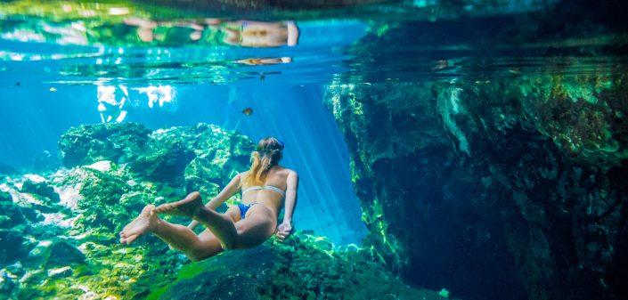 Femme nageant dans une cénote du Yucatán au Mexique.